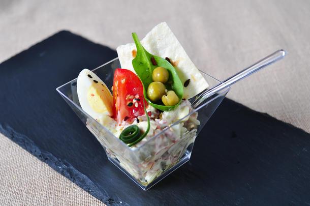 Салат «Оливье» с тремя видами мяса в креманке