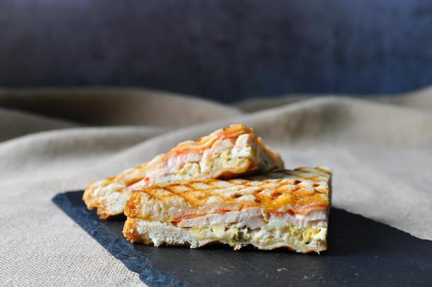 Мини-сэндвич с подкопченным филе грудки и омлетом