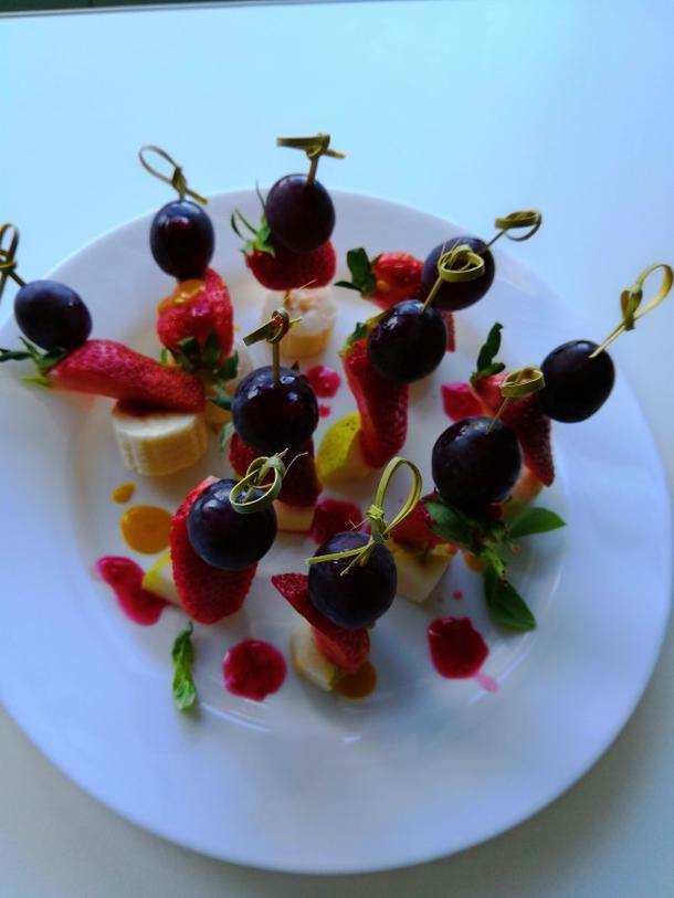 Фрукты на шпажке с соусом малина