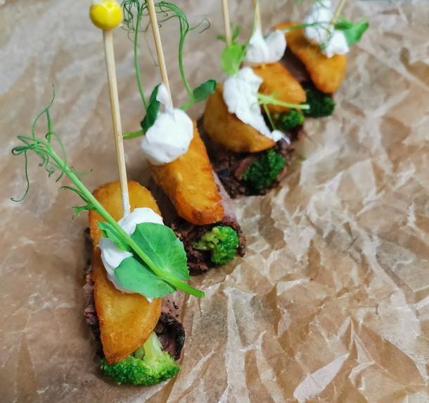Картофель с копченой говядиной и брокколи