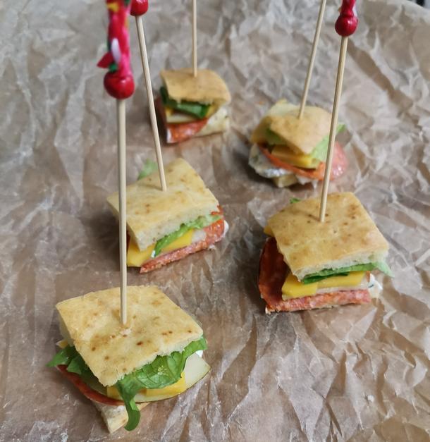 Сэндвич из бисквита с пеперони
