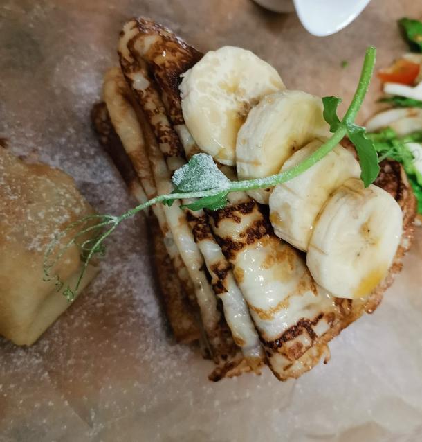 Блин с кленовым сиропом и бананом