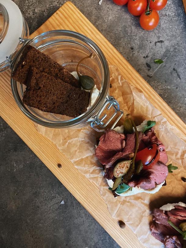 Брускетта с ростбифом на перечной пасте с соусом, томатом и микрозеленью
