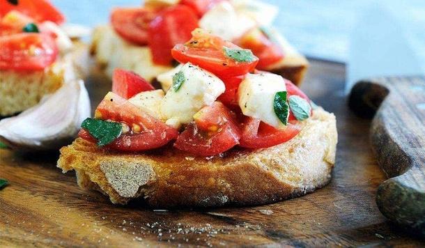 Тапас с томатом и беби-моцареллой и овощной сальсой
