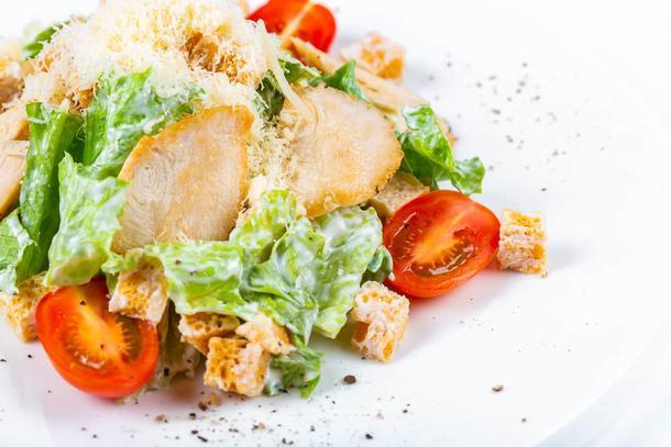 """Цезарь с Цыпленком гриль (лист салата, помидор черри, гренки пшеничные, соус """"Цезарь"""", филе куры)"""