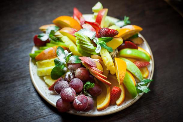 Фруктовая тарелка (Груша, Виноград, Апельсин, Киви, Ягоды, сезонные фрукты)